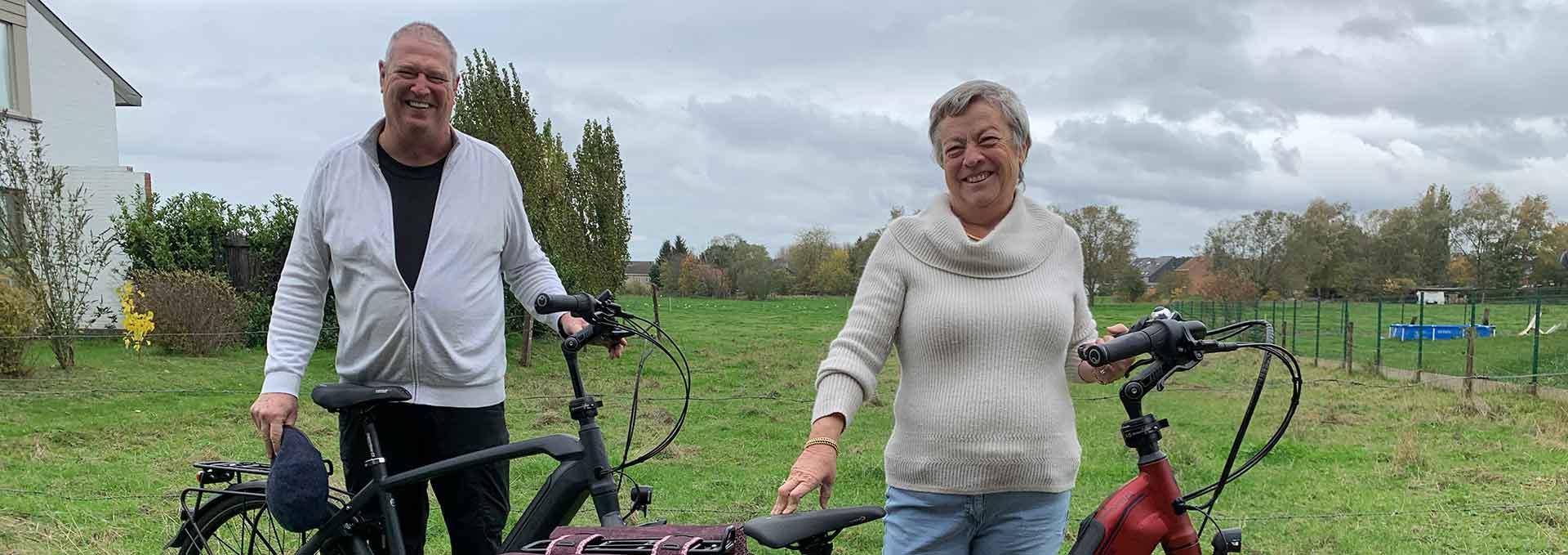 Koppel met elektrische velo de ville fiets